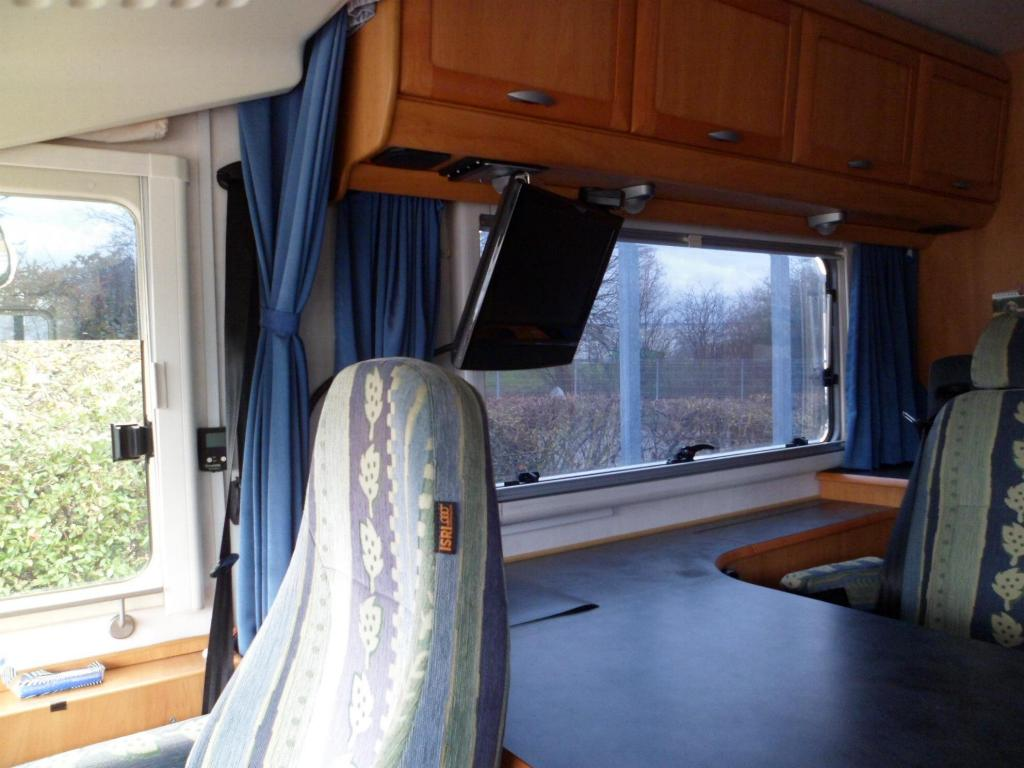 sehr effektiver sonnen hitze schutz durch bekleben der fenster mit spiegelfolie. Black Bedroom Furniture Sets. Home Design Ideas